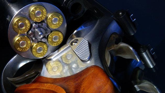 Spielklub-Boss (64) schießt mit Revolver durch Tür (Bild: Joe MiGo)