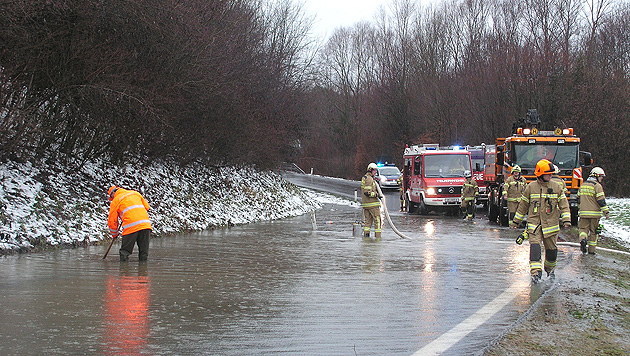 OÖ: Zahlreiche Überflutungen und Lawinenwarnstufe 4 (Bild: APA/KLARA VOITHOFER)