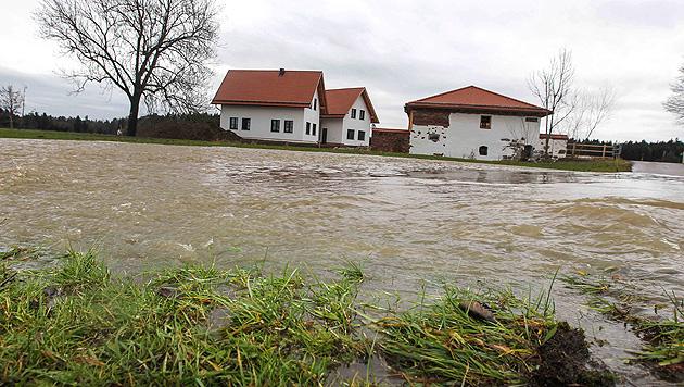 OÖ: Zahlreiche Überflutungen und Lawinenwarnstufe 4 (Bild: APA/DANIEL SCHARINGER)