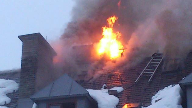 Zwölf Menschen nach Hausbrand in Sbg obdachlos (Bild: APA/POLIZEI)