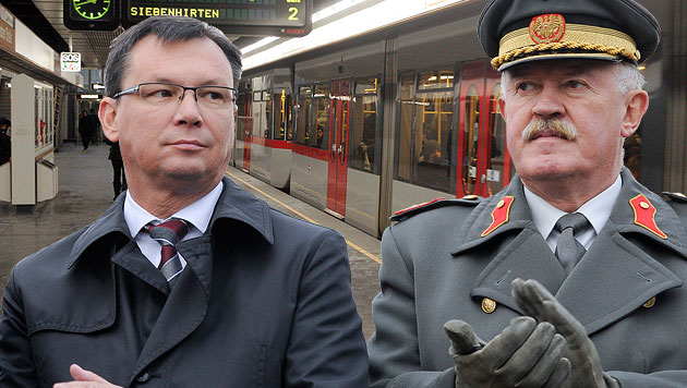 Heeres-Generäle sollen künftig mit den Öffis fahren (Bild: APA/HERBERT NEUBAUER, Andi Schiel, krone.at-Grafik)