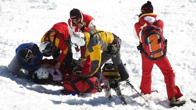 Skifahrer rammt sich bei Sturz Skistock in Bauch (Bild: APA/Georg Hochmuth (Symbolbild))