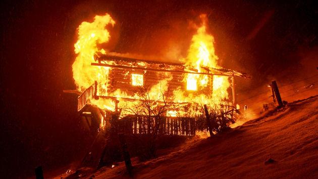 Feuer in Tiroler H�tte - Kleinkind schlug Alarm (Bild: APA/FF-�FFETNLICHKEITSARBEIT ABSCHNITT ZELL/PATRICK TAXACHER)
