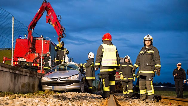 Feuerwehrmann in O� leistet eigener Freundin Erste Hilfe (Bild: foto-kerschi.at/Werner Kerschbaummayr)
