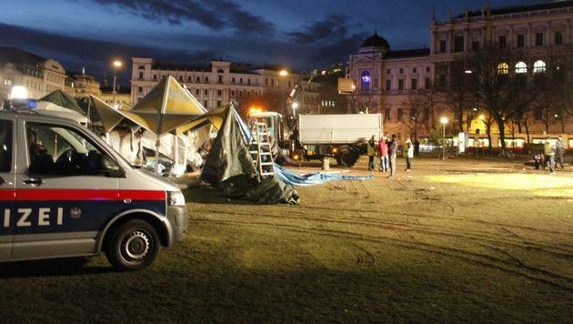 Fl�chtlingscamp vor Wiener Votivkirche von Polizei ger�umt (Bild: Julia Spacil)