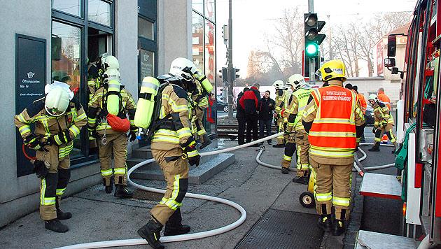 15 Verletzte bei Brand in Wiener Gemeindebau (Bild: APA/HERBERT WIMMER/PRESSESTELLE BFK M�DLING)
