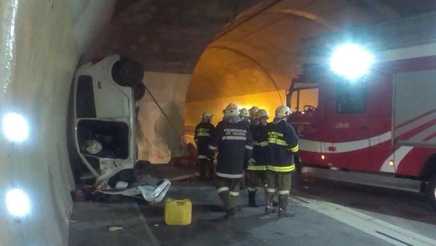 Auto prallt gegen Tunnelwand - 52-jähriger Lenker tot (Bild: FF St. Gilgen)