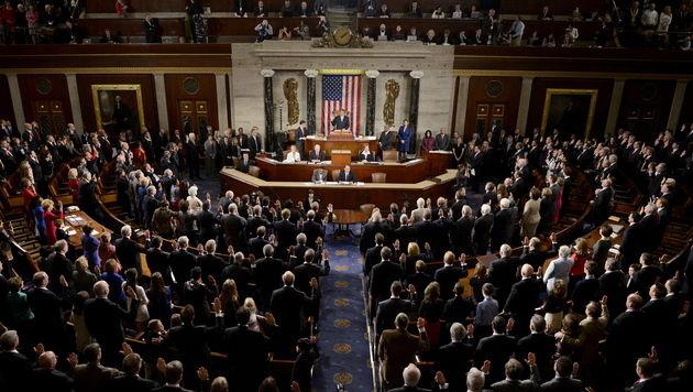 Trump unterschreibt, schimpft aber über Kongress (Bild: EPA)