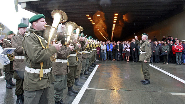 """""""Wehrpflicht zur Absicherung der Militärmusik"""" (Bild: APA/GERT EGGENBERGER)"""