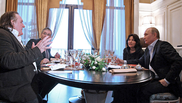 Depardieu holt sich russischen Pass bei Putin ab (Bild: EPA)