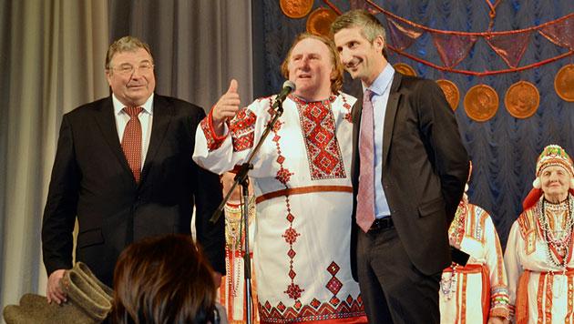 Depardieu holt sich russischen Pass bei Putin ab (Bild: AP)