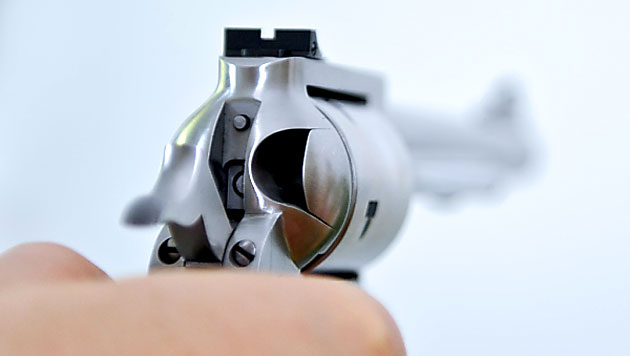 Wütender Autofahrer bedroht Lenker mit Revolver (Bild: APA/Herbert Neubauer (Symbolbild))