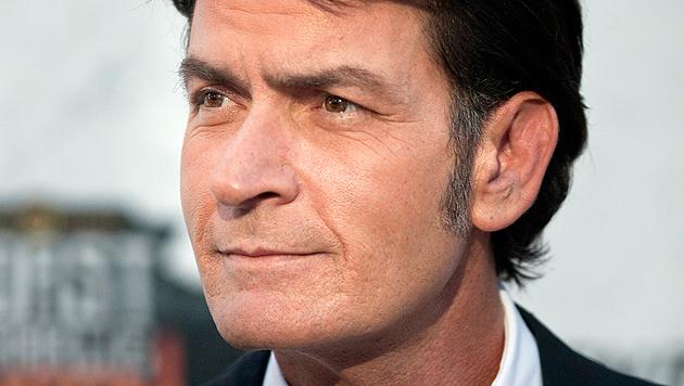 Charlie Sheen zahlt Beerdigung von Paparazzo (Bild: AP)