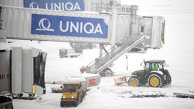 Unfälle, Staus und Sperren wegen heftiger Schneefälle (Bild: APA/ROBERT JAEGER)