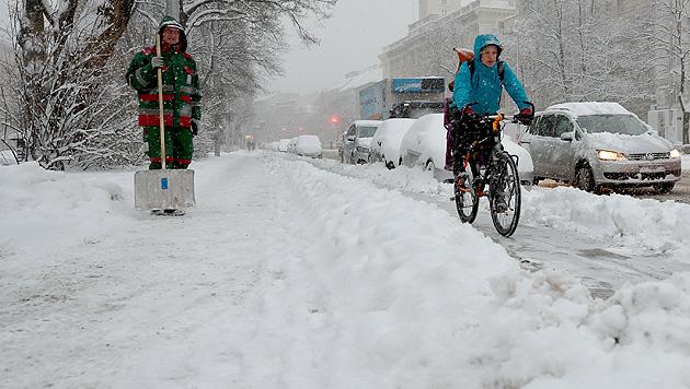 Unfälle, Staus und Sperren wegen heftiger Schneefälle (Bild: APA/ROLAND SCHLAGER)
