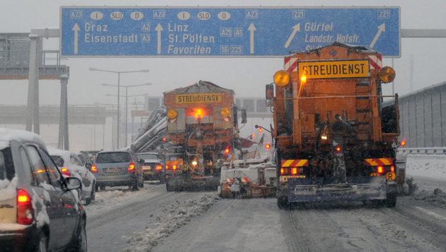 Unfälle, Staus und Sperren wegen heftiger Schneefälle (Bild: APA/HERBERT P. OCZERET)
