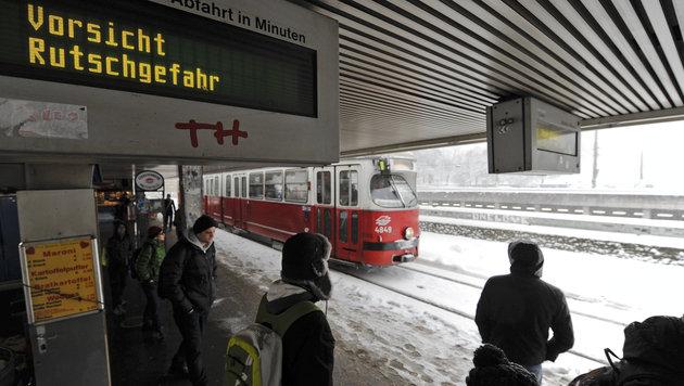 Unfälle, Staus und Sperren wegen heftiger Schneefälle (Bild: APA/HERBERT NEUBAUER)