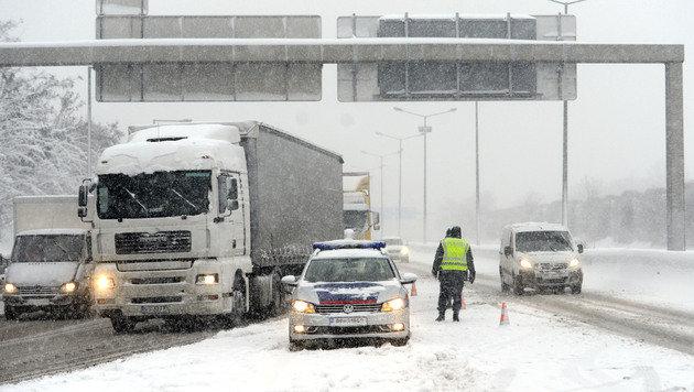Unfälle, Staus und Sperren wegen heftiger Schneefälle (Bild: APA/HELMUT FOHRINGER)