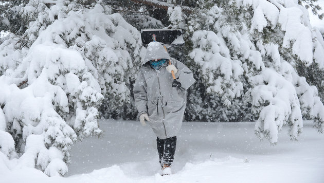 Unf�lle, Staus und Sperren wegen heftiger Schneef�lle (Bild: APA/ROBERT JAEGER)