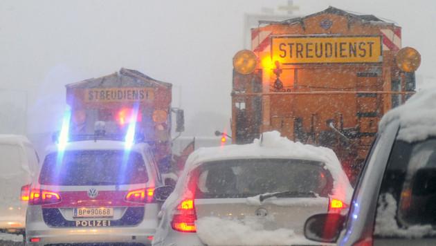 Unf�lle, Staus und Sperren wegen heftiger Schneef�lle (Bild: APA/HERBERT P. OCZERET)