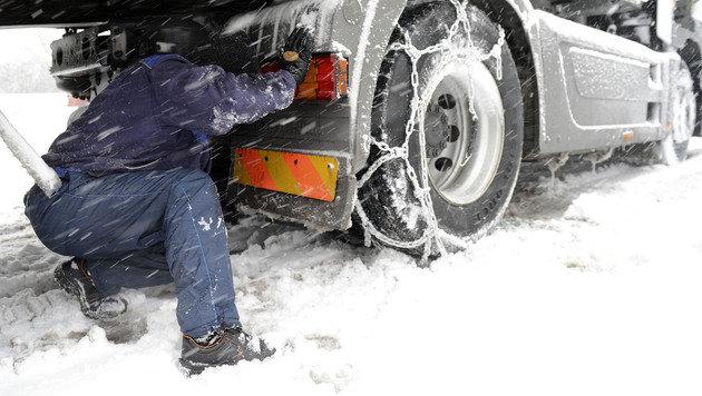 Unf�lle, Staus und Sperren wegen heftiger Schneef�lle (Bild: APA/HELMUT FOHRINGER)