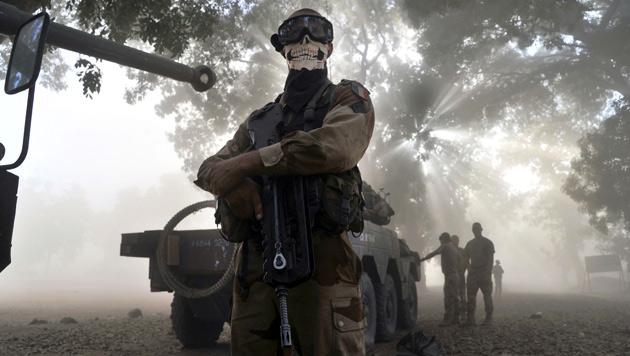 Mali: Franz�sischer Soldat emp�rt mit Knochen-Maske (Bild: AFP)
