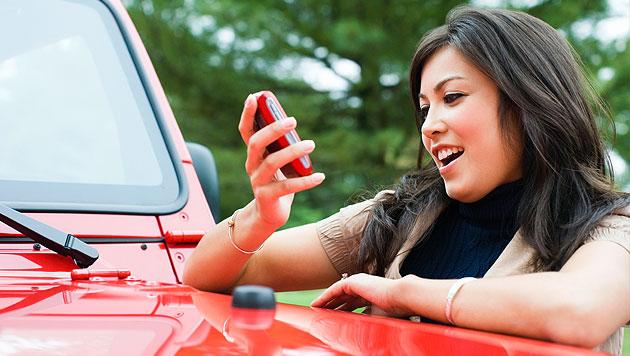 Neues Online-Tool leitet SMS an Falschparker weiter (Bild: thinkstockphotos.de)