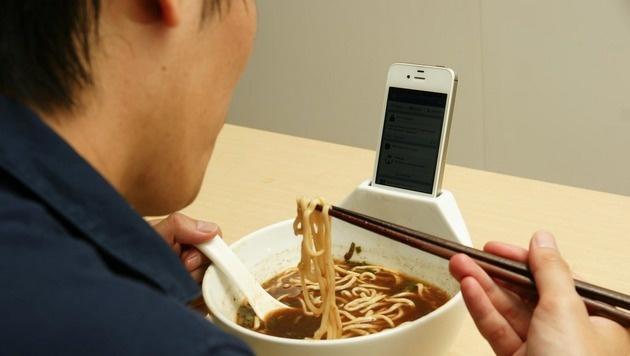 Suppenschüssel mit Handy-Dock gegen Einsamkeit (Bild: MisoSoupDesign)