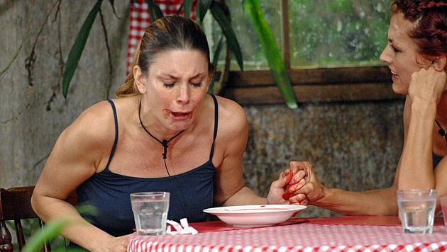 Igitt, igitt! Hier verspeist Fiona einen Kamelpenis (Bild: (c) RTL/Stefan Menne)