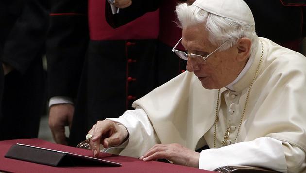 Papst hat es auf Twitter mit ernsten Botschaften schwer (Bild: AP)