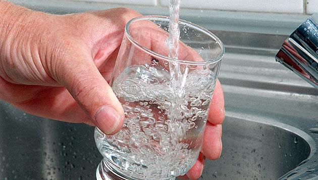 Kolibakterien: Gemeinde muss Wasser abkochen (Bild: APA/dpa/Hubert Link)