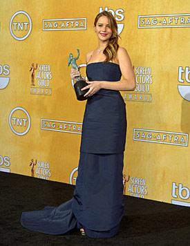 Jennifer Lawrence reißt bei den SAG-Awards das Kleid (Bild: EPA)