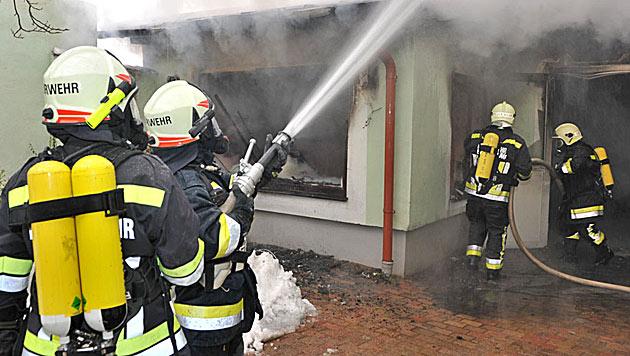 Millionenschaden durch Heurigen-Brand in NÖ (Bild: FF Baden-Stadt)
