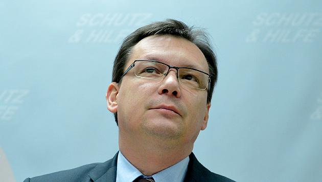 """FPÖ ärgert Darabos mit 30 """"Dringlichen Fragen"""" (Bild: APA/ROLAND SCHLAGER)"""