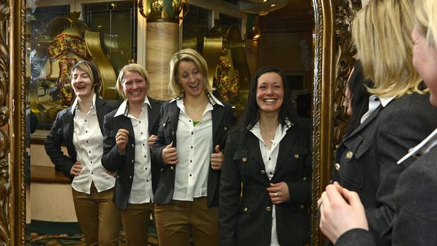 ÖSV-Damen fassten Abendkleidung für die WM aus (Bild: APA/Robert Parigger)