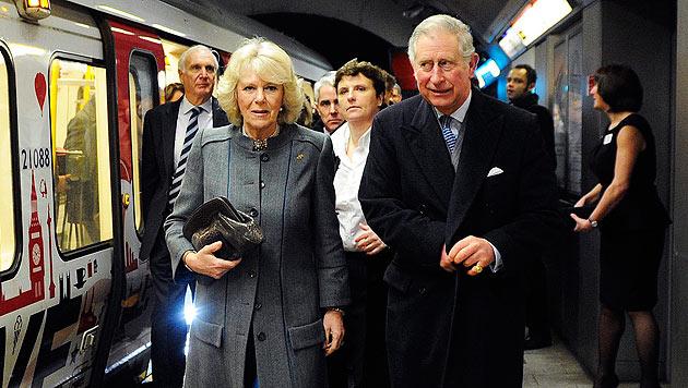 Prinz Charles fuhr seit 1986 erstmals wieder mit  U-Bahn (Bild: EPA)