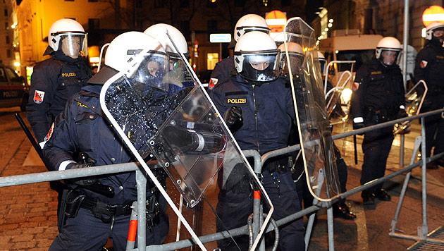 Akademikerball: Zw�lf Festnahmen bei Protestdemos (Bild: APA/HERBERT P. OCZERET)