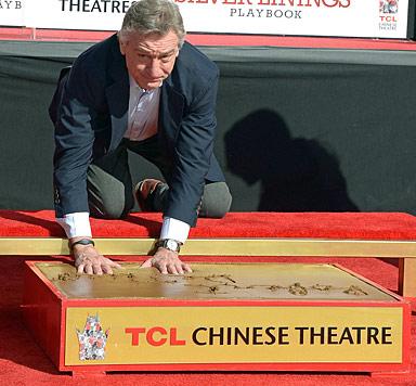 Robert De Niro mit Füßen & Händen in Hollywood verewigt (Bild: AFP)