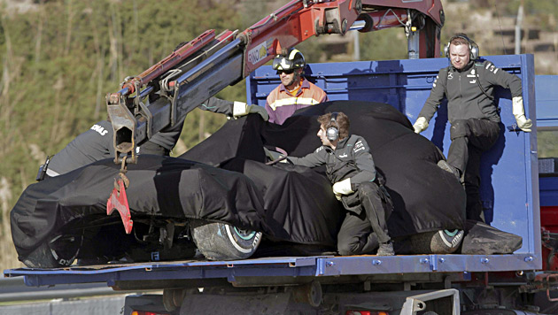 Hamilton kracht mit seinem Mercedes in Reifenstapel (Bild: EPA)