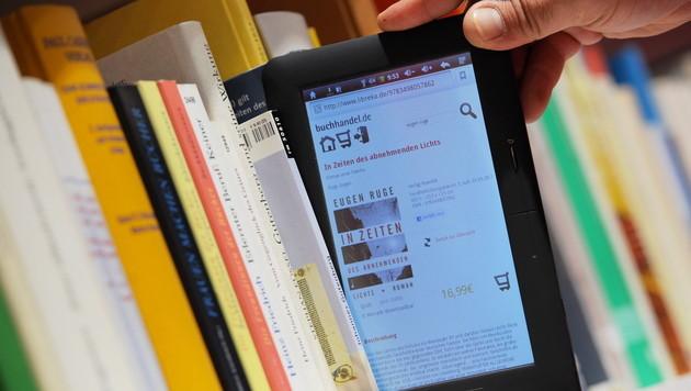Lesen von E-Books für Ältere weniger anstrengend (Bild: dpa)