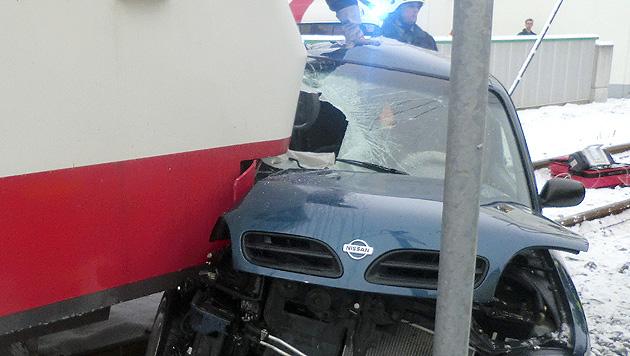 OÖ: 47-jährige Frau bei Kollision mit Zug schwer verletzt (Bild: APA/FF WAIZENKIRCHEN)