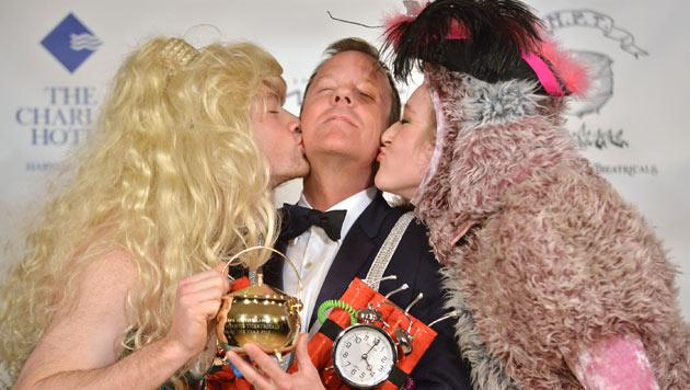 """Sutherland in BH-Kostüm als """"Mann des Jahres"""" geehrt (Bild: AP)"""