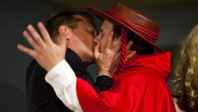 """Sutherland in BH-Kostüm als """"Mann des Jahres"""" geehrt (Bild: EPA)"""