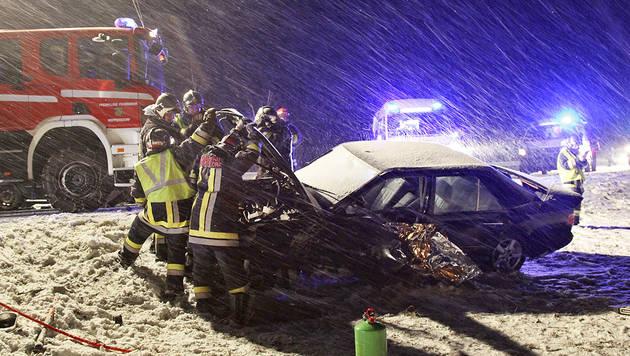 Überholmanöver missglückt - vier Verletzte im Bgld (Bild: APA/BEZIRKSFEUERWEHRKOMMANDO OBERPULLENDORF)