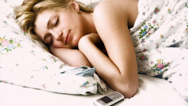 Immer mehr junge Menschen tippen SMS beim Schlafen (Bild: thinkstockphotos.de)