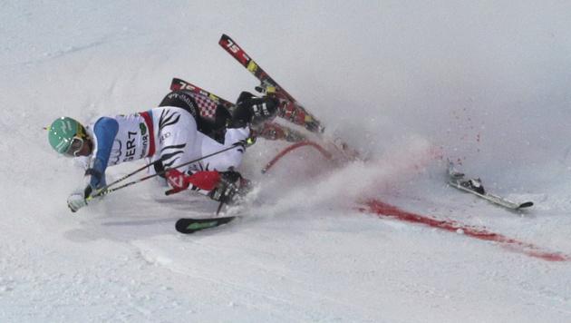Kroate Zubcic räumt Felix Neureuther brutal ab (Bild: AP)