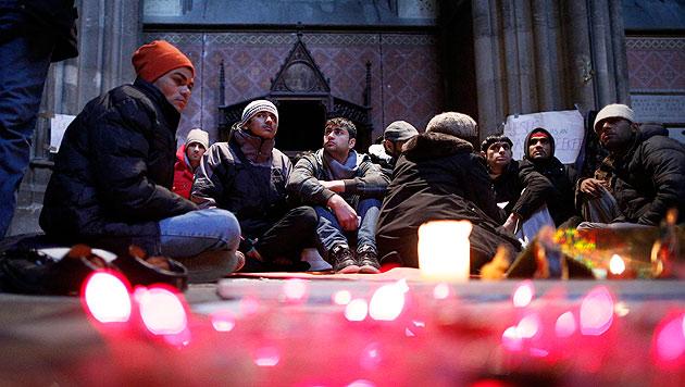 Flüchtlinge in der Votivkirche setzen Hungerstreik aus (Bild: APA/Georg Hochmuth)