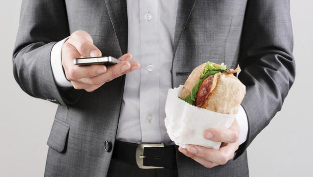 Smartphone beim Essen für Mehrheit unerlässlich (Bild: thinkstockphotos.de)