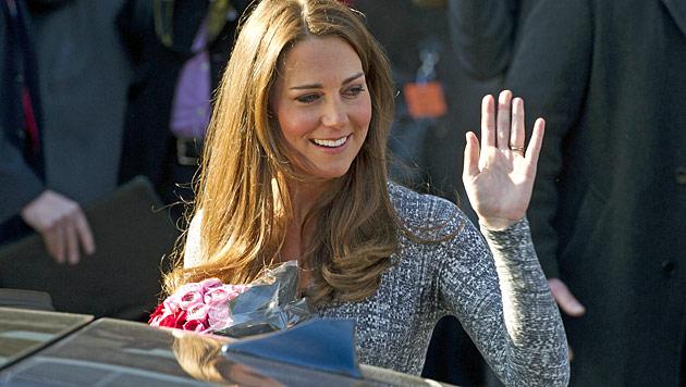 Kate zeigt erstmals ihr royales Babybäuchlein (Bild: EPA)