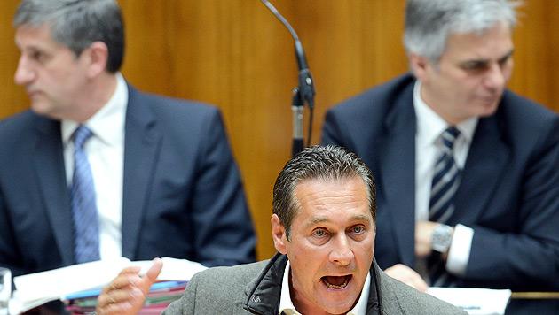 """Straches Geschenk: Sparsamer Rock für """"teuersten Kanzler"""" (Bild: APA/Robert Jaeger)"""